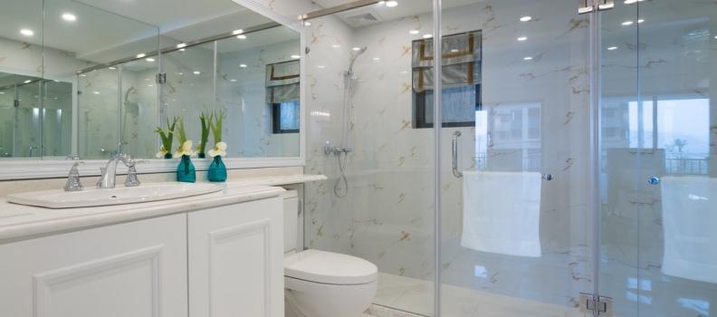 Douche en verre : 7 conseils pour nettoyer les parois de la douche